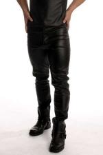 Jean faux cuir : Jean coupe droite style 501, faux cuir.